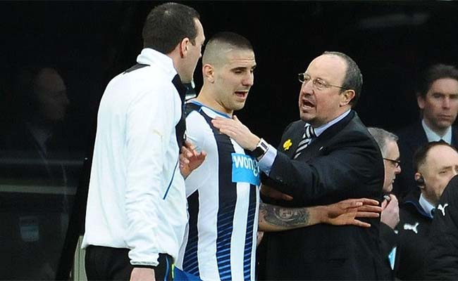 aleksander-mitrovic-rafa-benitez-hand-on-chest-sideline-sunderland-newcastle-united-nufc-650x400.jpg